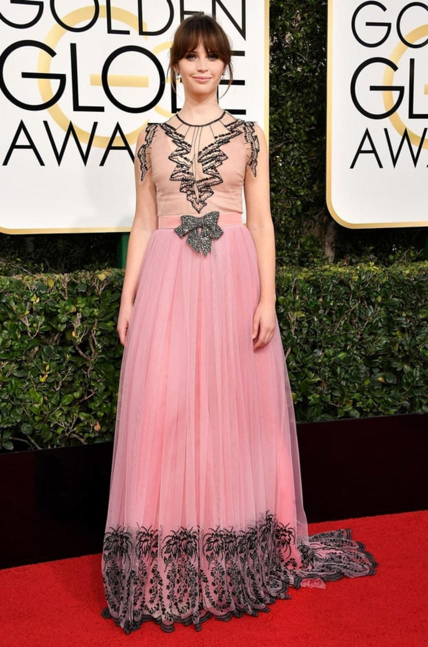 Felicity Jones ruháját is túldíszítette a tervező, ráadásul a hossza és a fazonja miatt sokan túl nagymamásnak tartották.