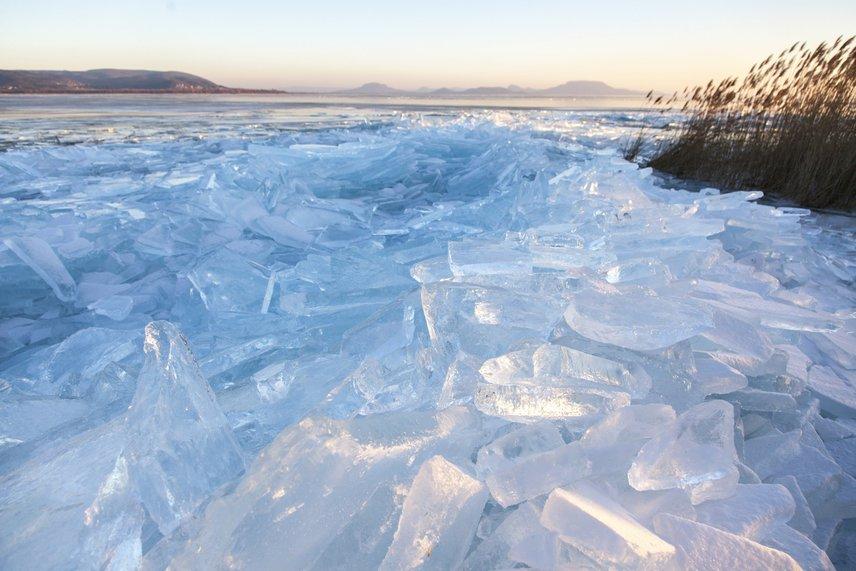 A fagyos Balaton tavaly is megörvendeztetettbennünket a különleges jégformákkal, a huzamosabb ideig tartó mínuszok és a viharos szél pedig idén is meghozták az összetört jégtáblák feltorlódását. A fotó Balatonberénynél készült.
