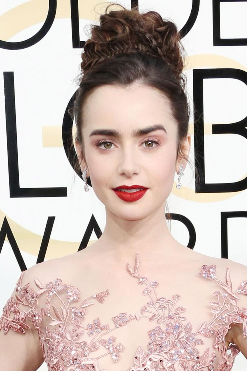 Lily Collins különleges kontya is nagy sikert aratott: a fonatokkal megtűzdelt fodrászremekért odavoltak a színésznő rajongói.