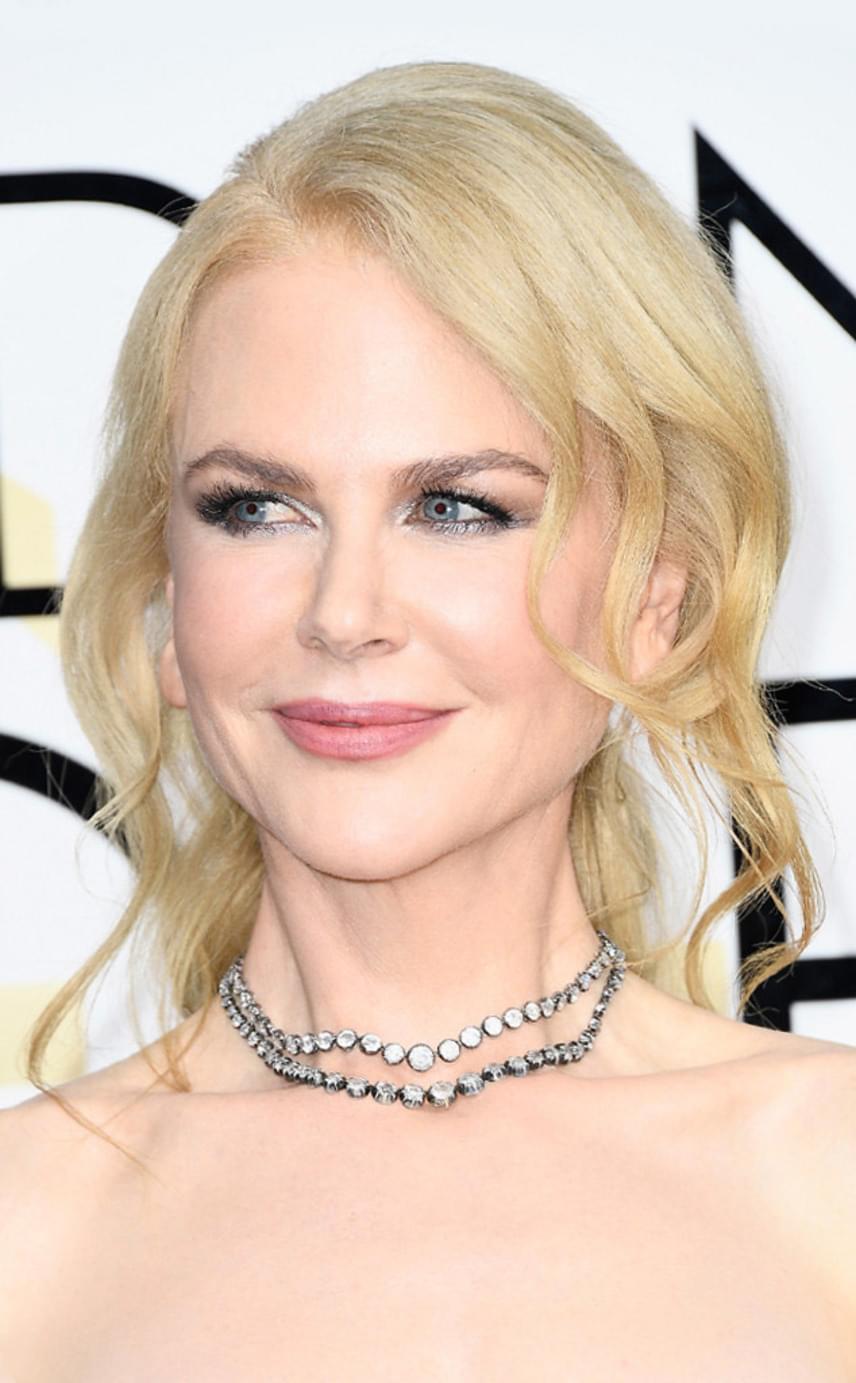 Nicole Kidman laza kontya az est igazi sztárja volt. A romantikus frizurát te is könnyedén elkészítheted: csak süsd be nagy loknisra a hajadat, fogd össze, elöl pedig engedj szabadon néhány rakoncátlan tincset.