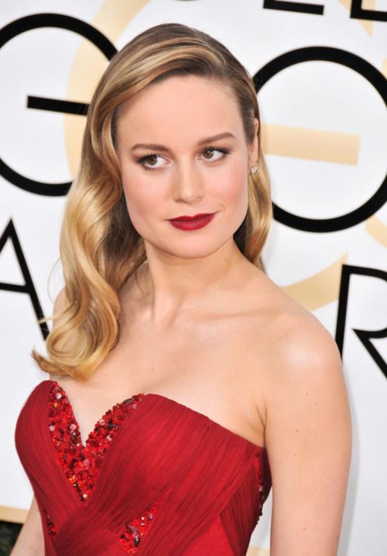 Brie Larson a régi hollywoodi glamourt testesítette meg frizurájával és ruhájával: fényes, aranyszőke loknijait mindenki imádta.