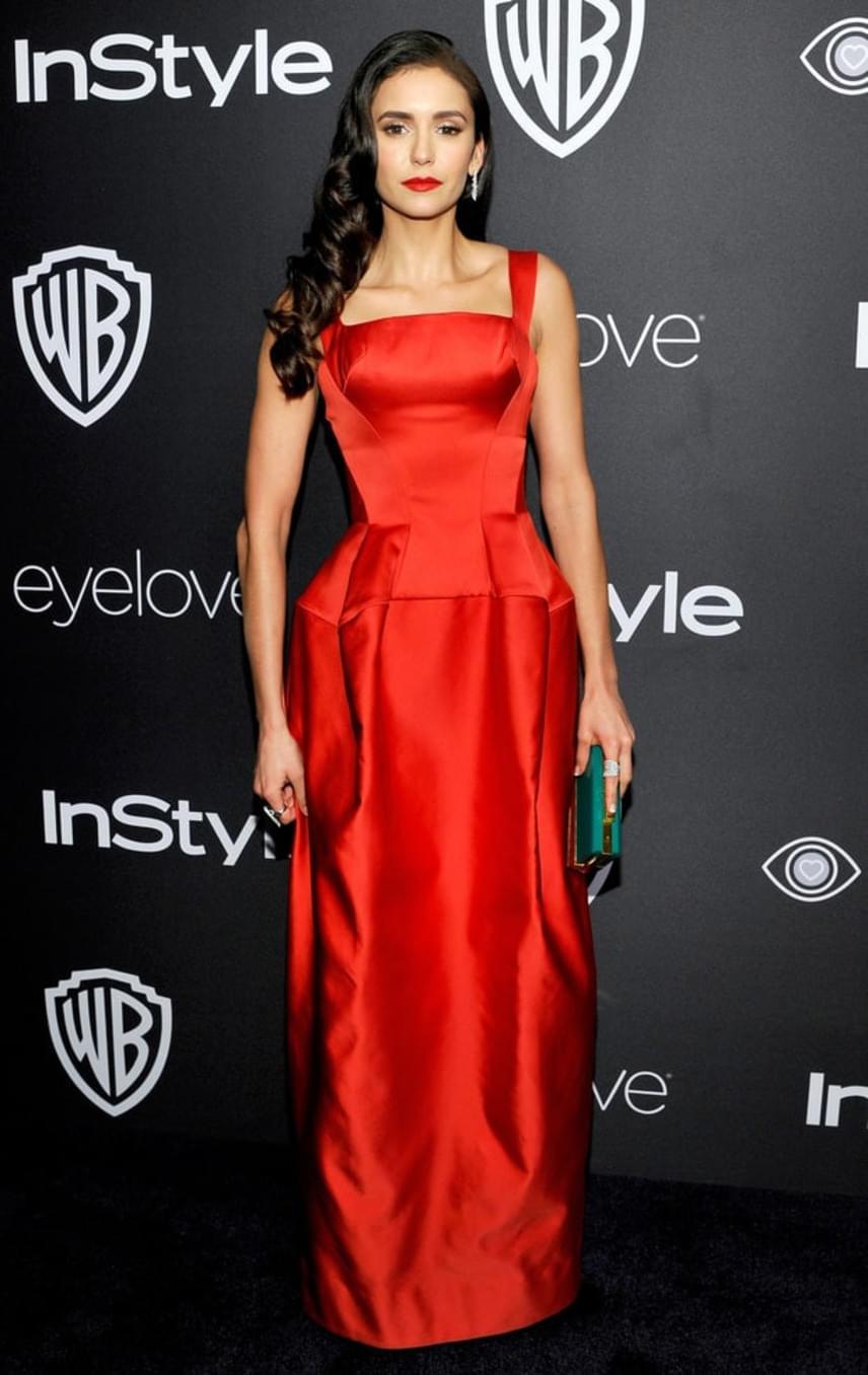 A Vámpírnaplók gyönyörű színésznője, Nina Dobrev egy tűzpiros Zac Posen estélyiben érkezett a rendezvényre, amit vörös rúzzsal tett még szexibbé.