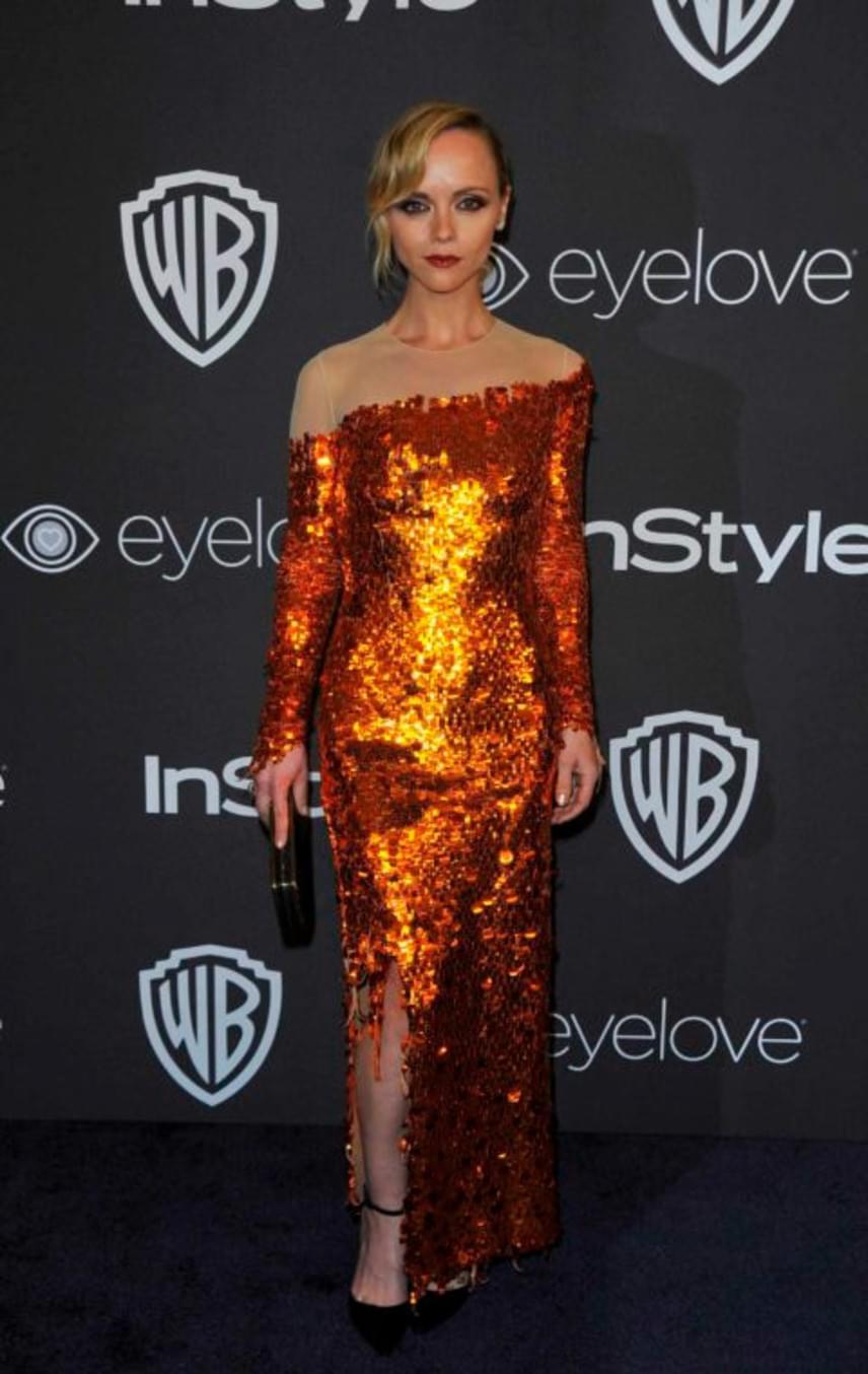 Mintha lángnyelvek fonnák körbe Christina Ricci testét! A színésznő aszimmetrikus estélyi ruháját csak imádni lehet.