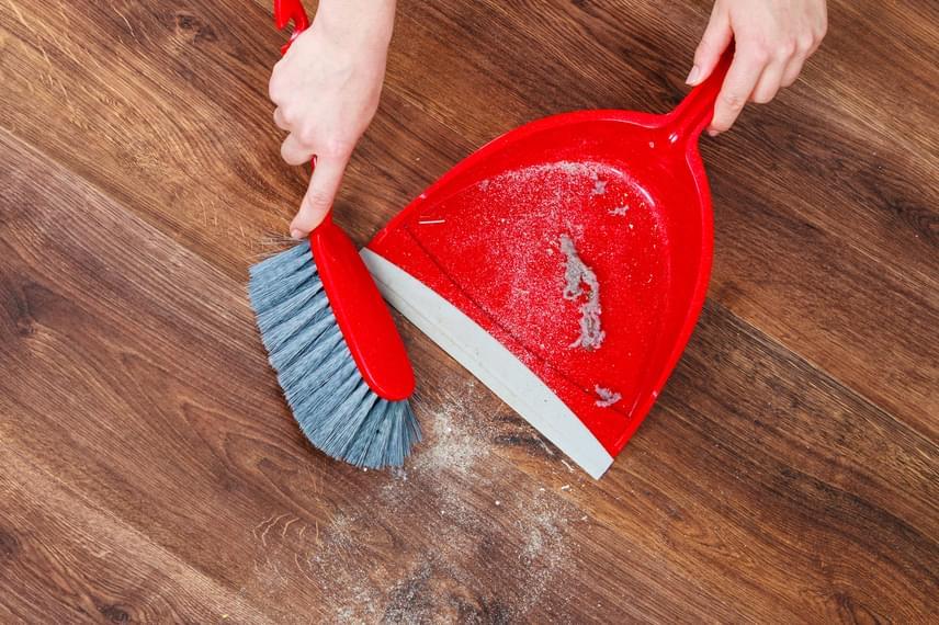 A konyha területén felbukkanó szöszöket - legyenek akár a padlón, akár a munkafelületen -, hajszálakat, piszkot sokan egy laza kézmozdulattal a mosogatóba dobják, majd leengedik, ami nem is lenne akkora baj, ha csak egyetlen esetről lenne szó. Felhalmozódva azonban nagyon könnyen dugulást okozhatnak, nem beszélve arról, ha a lefolyóba olajat is engedsz, ebbe ugyanis egy pillanat alatt beleragadnak.