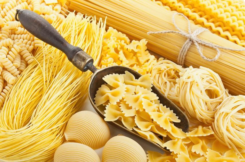 A tésztafélék - legyen szó főtt tésztáról vagy a sütemények nyers tésztájáról - és a különböző magok szintén veszélyt jelentenek a lefolyódra, hiszen a csőben megakadva összeállnak, megkeményednek, és lehetetlenné teszik az átfolyást. Ha az ételmaradékokat nem tudod egy háziállatnak odaadni, inkább dobd ki! Ugyanígy a mosogató körül összegyűlő morzsákat és piszkot is a szemetesbe dobd!