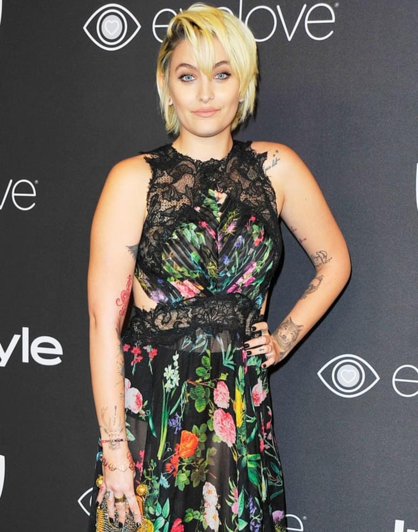 Paris Jackson egy csipkebetétes, virágmintás ruhában érkezett első igazi vörös szőnyeges eseményére - tetoválásai is jól érvényesültek.