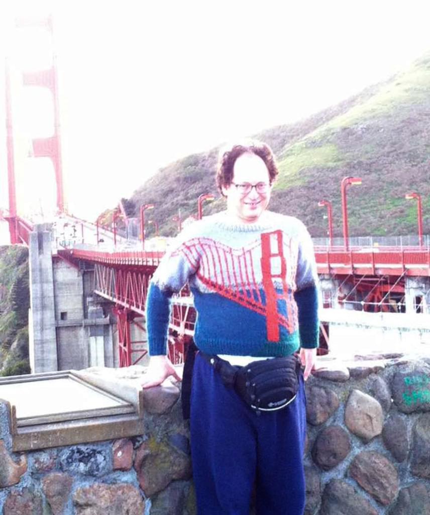 A legjobban sikerült pulóverek egyike a San Franciscó-i Golden Gate híd egy darabját ábrázolja, amivel tulajdonosa büszkén pózol is a híd lábánál.