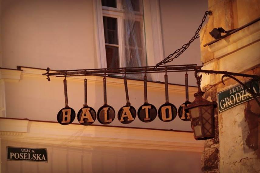 A lengyel-magyar barátságot mindkét nemzet mélyen tiszteli, ami viszont nem csupán a történelmet illeti: többek között Varsóban és Krakkóban is számos magyar étterem található. Utóbbiban nyílt meg a sokak által kedvelt Balaton, az étlapon halászlé, bélszín Budapest módra, lecsó és Gundel-palacsinta is szerepel. Az értékelők pedig egyszerűen megőrülnek a krumplis palacsintáért, ami többféle feltéttel kérhető.