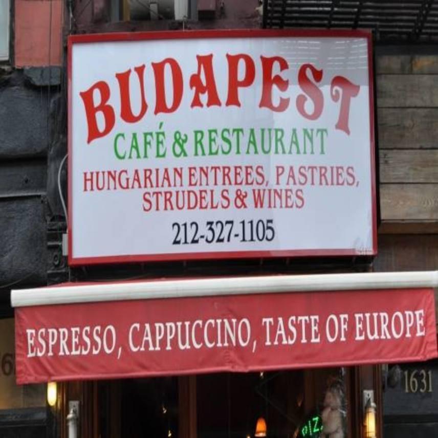 Nemcsak Budapesten van New York Kávéház, a tengerentúl is megnyílt már a Budapest Café and Restaurant. Az étlapon többek között hagyományos borjúgulyás, töpörtyűs túrós csusza és rántott hús is szerepel, az éttermet értékelők leginkább mégis az isteni rétest emelik ki, amit a megszokott almás, meggyes és mákos ízek mellett különleges húsos, spenótos és sajtos változatban is készítenek.