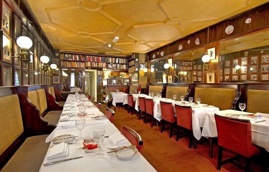 A londoni Gay Hussar nevű éttermet 1953-ban nyitotta megVictor Sassie, aki Magyarországon tanult bele a vendéglátásba, és a konyhát is imádta. Az étterem neve az angol kifejezés miatt mára megtévesztő, ám eredetileg egyszerűen Vidám Huszárt jelentett. A Tripadvisoron és a Facebookon adott számtalan pozitív értékelésben megemlítik az ízletes ételek mellett a barátságos kiszolgálást és a kellemes atmoszférát is.