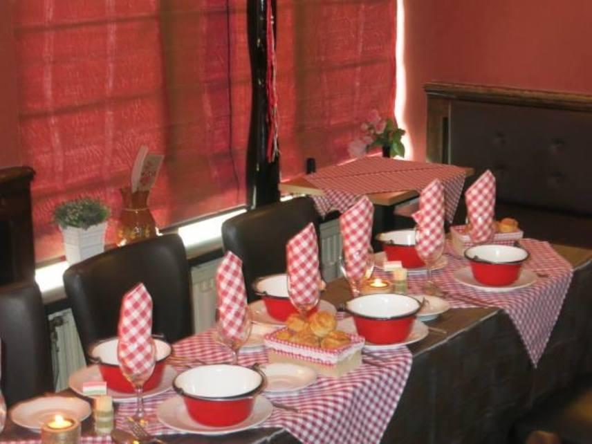 Amszterdamban több magyar étterem is megnyitotta már a kapuit, amivel az ottani magyarokon túl a helyiek és a turisták ízlését is megnyerték. A Paprika Csárda egyik legfontosabb előnyeként említik az értékelők, hogy itt a vendégek nem a tipikus éttermi ételeket kapják, inkább az igazi, házi ízekre emlékeztetik őket a fogások. A helyet egy magyar házaspár vezeti, akik igazi meleg, családias hangulattal és megfizethető árakkal várják a betérőket.