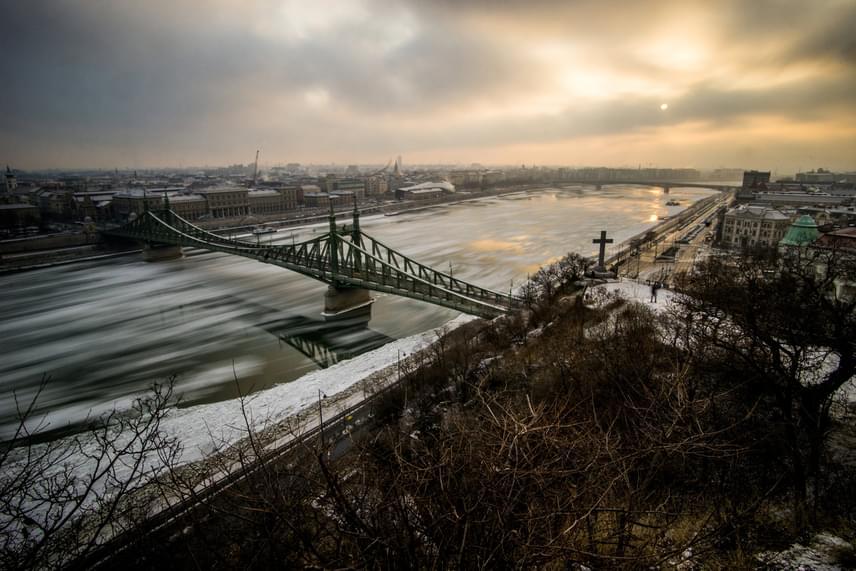 Jégzajlás a Duna fővárosi szakaszán, a Szabadság hídnál 2017. január 10-én. A jégzajlás azt a folyamatot jelenti, amikor a kásás jégből jégtáblák kezdenek kialakulni.