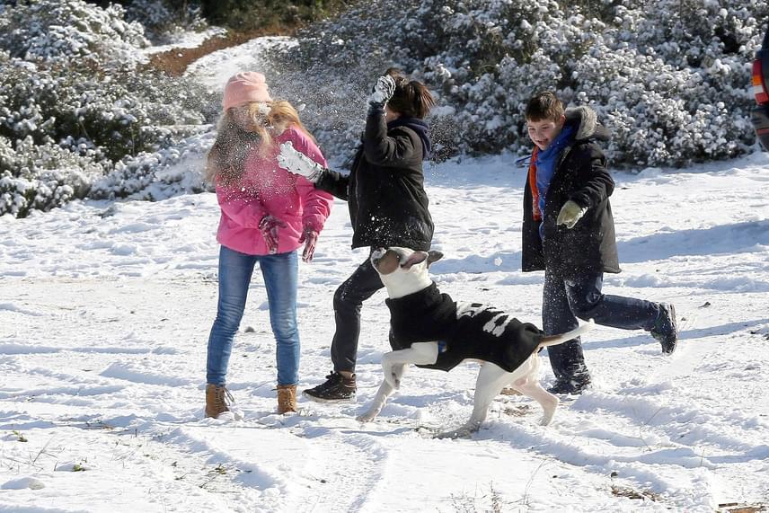Tél Görögországban: a hóban játszanak gyerekek Athénban 2017. január 10-én.