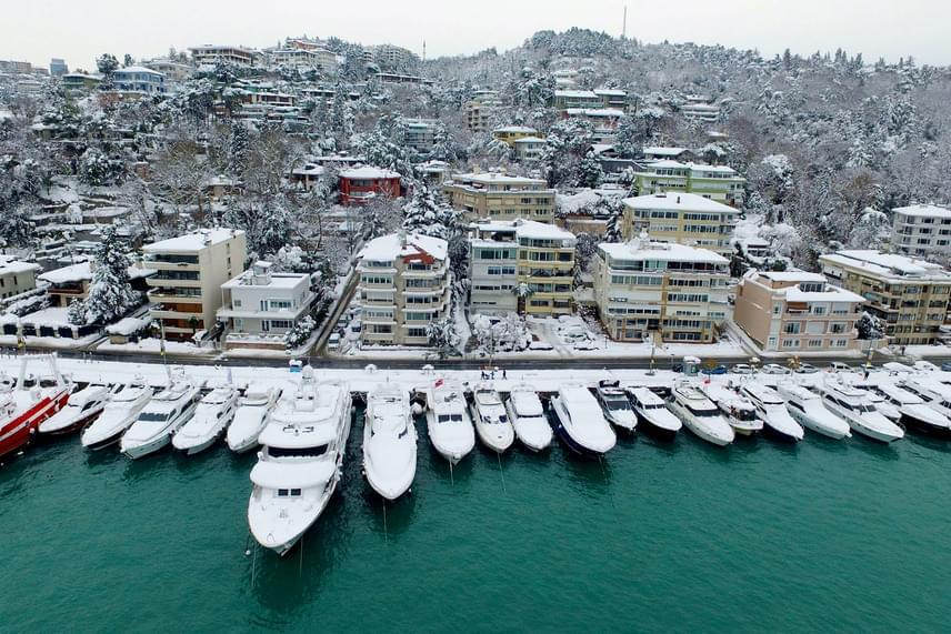 Tél Törökországban: hófödte jachtkikötő Isztambulban 2017. január 10-én. A hóesés miatt akadozik a hajóforgalom a Boszporuszon, és több száz repülőjáratot törölni kellett a török nagyvárosban.