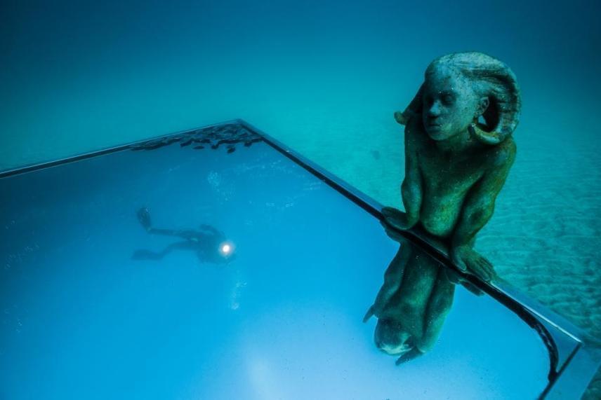 A Lanzarote partjainál található szoborcsoport 14 méter mélyen és 30 méter hosszan terül el. A kiállítást búvárruhában és üvegfenekű hajók segítségével lehet megnézni.