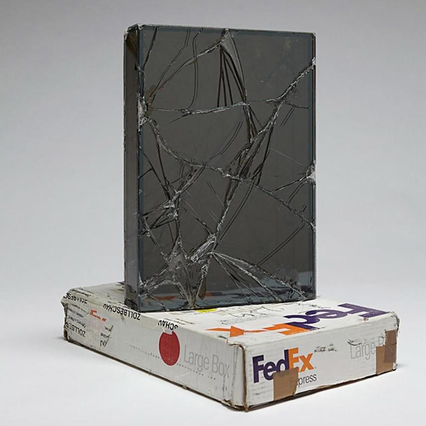 Walead Beshty minden egyes sérült csomag esetében fotót készített, feljegyezte a dátumot, az azonosítószámot és a doboz méretét, így valószínűleg sok futár kerülhet majd kellemetlen helyzetbe.