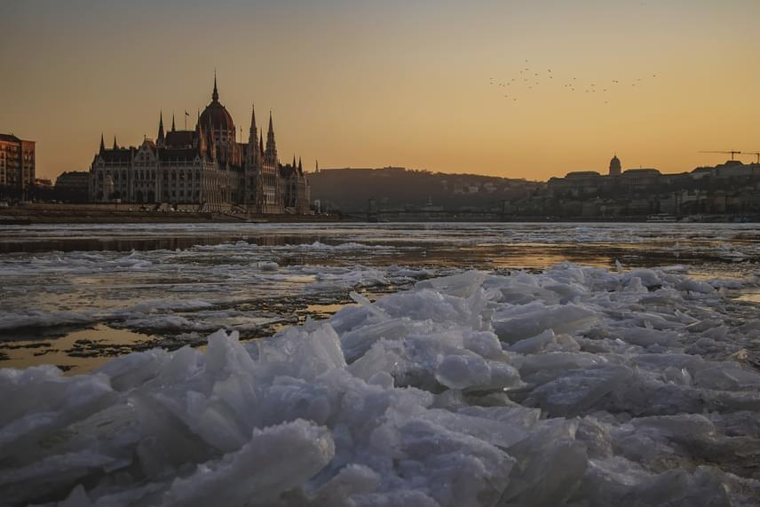 Az alkonyat halvány színei rendkívül ünnepélyessé tették a Duna útját. A látványos dunai jégzajlást már közel egy hete csodálhatják az arra járók, a fenti képet pedig tegnap este Szabó Rita készítette a Margit híd felől nézve. Ha ide kattintasz, a szerző albumában még több képet találsz.
