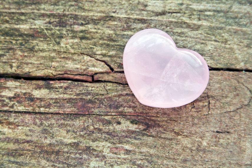 Rózsakvarc                         A rózsakvarc szerelemvonzó hatásáról ismeretes elsősorban, de a szívre és a keringési rendszerre is kedvező hatást gyakorol, így a szívbetegek és keringési rendellenességekkel élők is jó, ha maguknál vagy magukon hordanak némi rózsakvarcot. Úgy tartják, hogy várandósság esetén a rózsakvarc védi a terhességet is, valamint áldásos hatása még, hogy csökkenti a ráncokat.