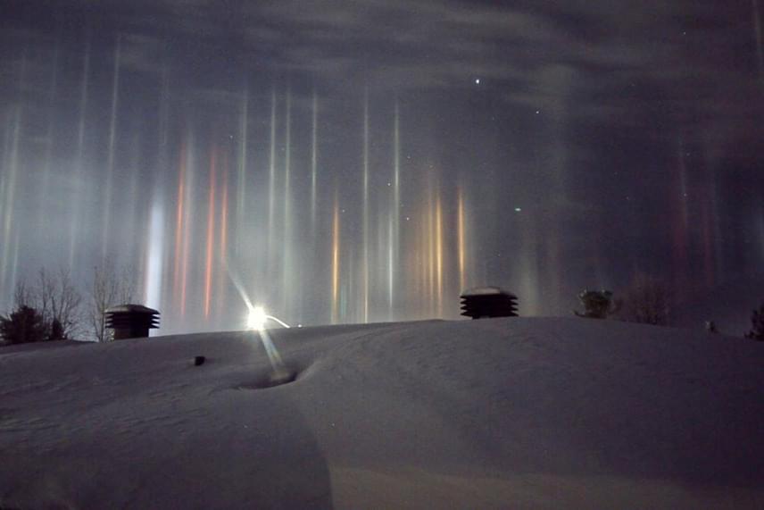 Ez a látvány tárult a kanadai férfi elé január elején, nagyjából hajnali fél kettőkor. A színes fényoszlopokat legtöbbször napkeltekor vagy napnyugtakor látni fagyos időben, mert a sugarakat visszaveri a jég tükrös felülete.