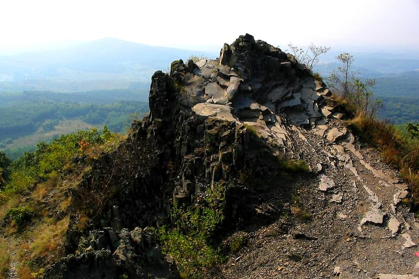 A Medves-fennsík Salgótarjántól északra található, ahol meglepő módon egy részen szinte holdbélinek tűnik a táj. A vulkáni tevékenység során felszínre ömlő láva megszilárdulásából született Boszorkány-követ mindenképpen érdemes megnézni egyszer.