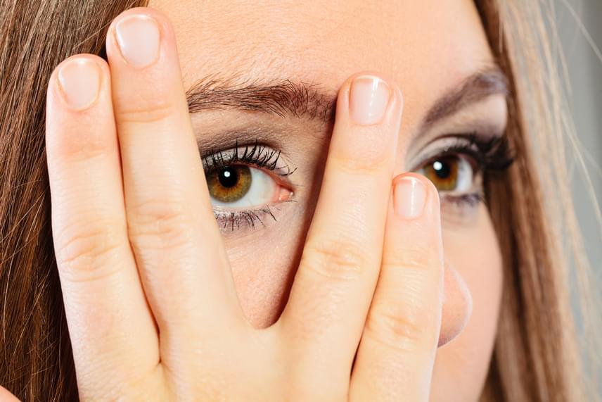 A betegség 20 és 50 éves kor között alakul ki jellemzően - a leggyakrabban 20 és 40 között jelentkezik -, nők esetében pedig kétszeres a kockázat. Egy első jellemző tünete lehet a látásprobléma, például a homályos vagy kettős látás.