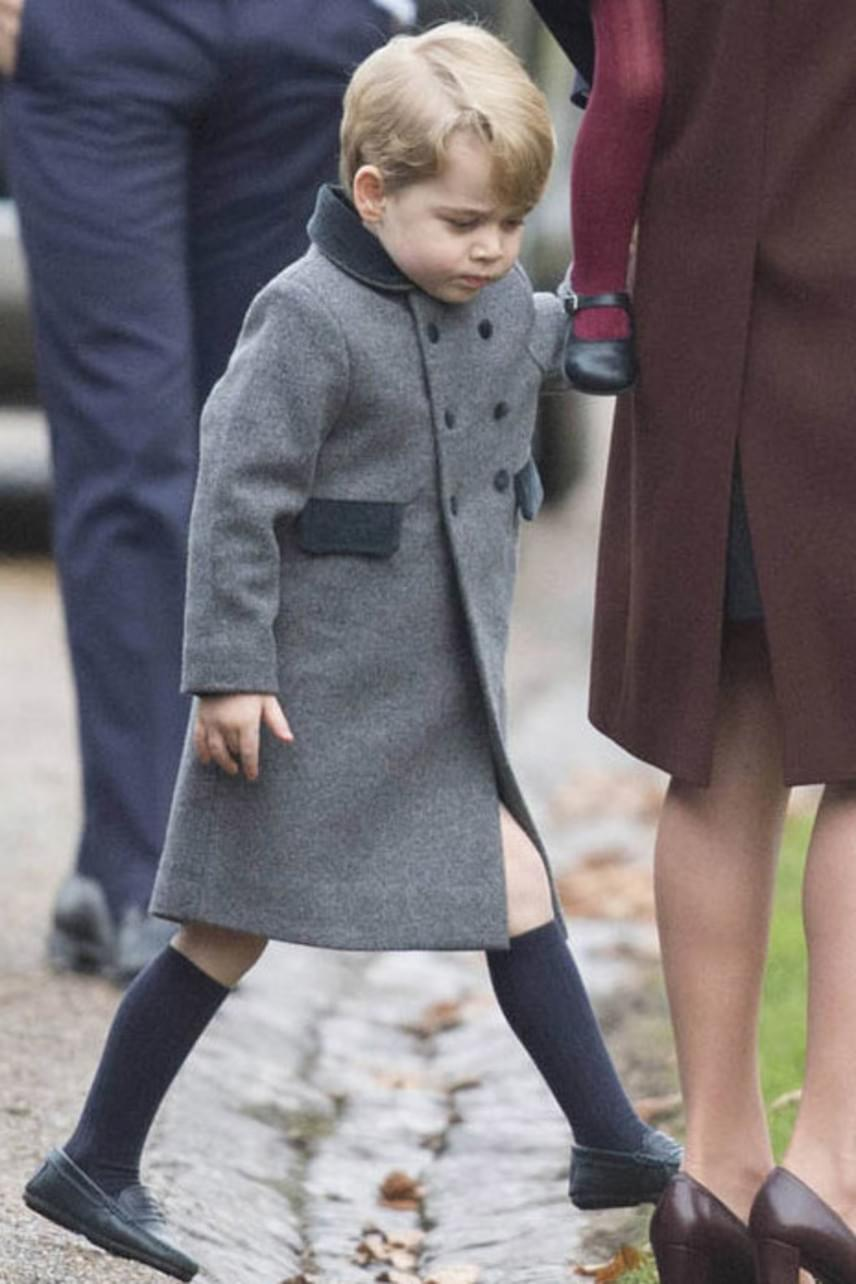 Karácsonykor láthattuk György herceget először ebben a kabátkában, ami új iskolájában már a mindennapos viselete lesz.