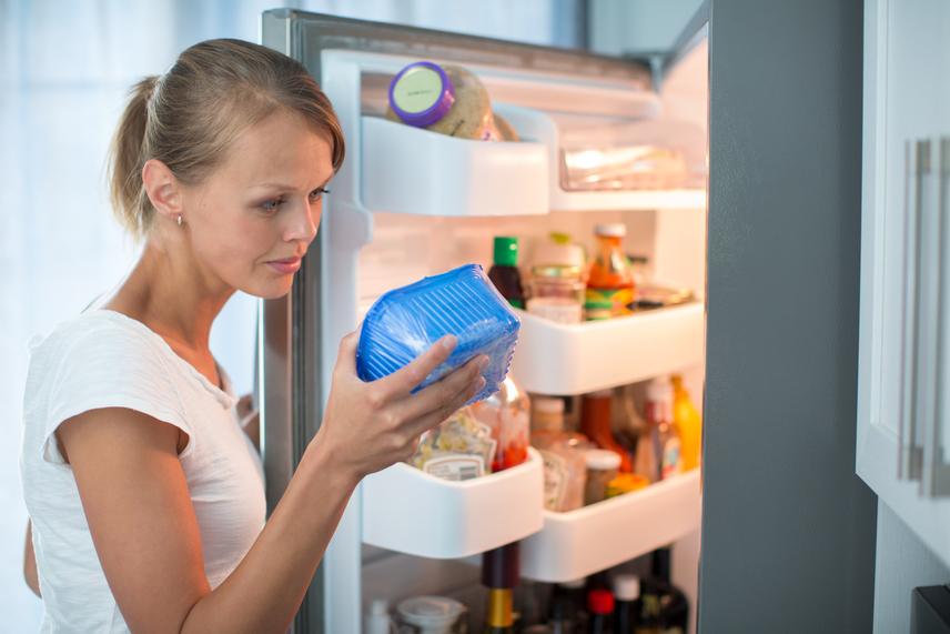 Az az étel, amelyet előzőleg lefagyasztottak, mikrobiológiai szempontból hamarabb penészedik. A fagyasztott étel felülete az eljárás miatt nagyon kiszárad, így kiolvasztás után táptalaja a penészgombáknak. A fagyasztott hús állaga olvadás után puha és vizenyős, és nedves felülete elősegíti a romlást. Ezért érdemes olyan adagokban lefagyasztani, hogy visszafagyasztás nélkül lehessen felhasználni.