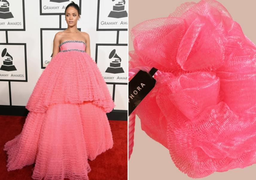 A rosszmájú kommentek ellenére azért elismerjük, hogy Rihanna Grammy-gálán viselt estélyije és a színes fürdőszobai szivacs tényleg mutat némi hasonlóságot.