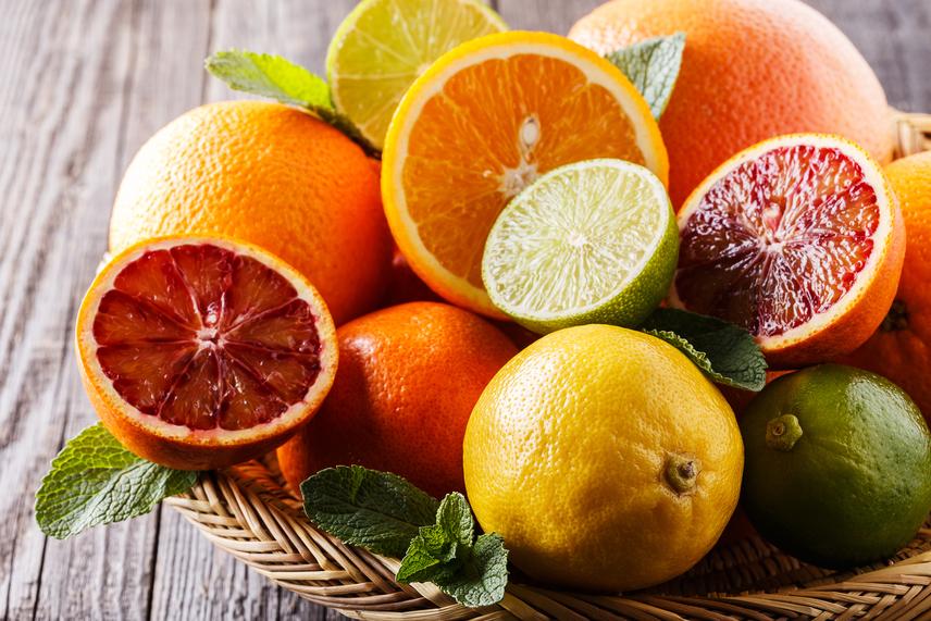 Meg lehet enni a citrom héját?Örök dilemma az is, hogy veszélyes-e a citrusfélék héjának a fogyasztása. Az igazság az, hogy az import déligyümölcsöket idejekorán, még szinte éretlen és zöld állapotukban szüretelik a termőhelyükön. Minderre azért van szükség, hogy a hosszú szállítási idő alatt ne legyenek túlérettek vagy rohadtak. A szállítás alatti tárolás, a magas páratartalom elősegíti a narancs, citrom vagy grépfrút idő előtti romlását. Ezt megelőzendő a szállítók baktérium- és gombaölő szerekkel és növényvédő kemikáliákkal kezelik a gyümölcsök felületét. Ez azonban nem jelent nagyobb veszélyt, mit a szimpla permetezéssel óvott zöldség. A héjat azonban jellemzően viaszréteggel is bevonják, amitől lehetetlen lesz lemosni a vegyszereket. Ha a héjat szeretnéd használni, vegyél biocitromot, és mindig ellenőrizd az árusítóhely feliratait, jelezniük kell ugyanis, ha a héj fogyasztásra nem alkalmas.