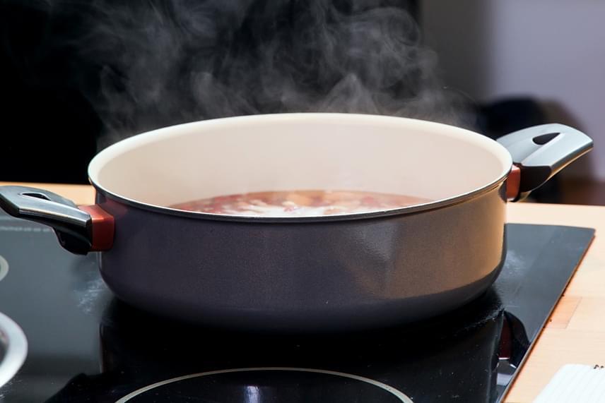 Milyen serpenyőt és lábost használj?                         A főzőlapon mindig a méretben hozzá tartozó edényt használd. A 145 mm-es laphoz 160-200 mm, a 180 mm-es laphoz 200-240 mm átmérőjű edények tartoznak. Fontos, hogy az edény alja legyen jó állapotban, emellett ne legyen se homorú, se domború, a görbe fenekű edények okozta energia-többletfogyasztás ugyanis elérheti az 50%-ot is! Célszerű továbbá olyan serpenyőt, edényt használni, melynek az aljára merőleges az oldala, vagyis egyenes fala van.