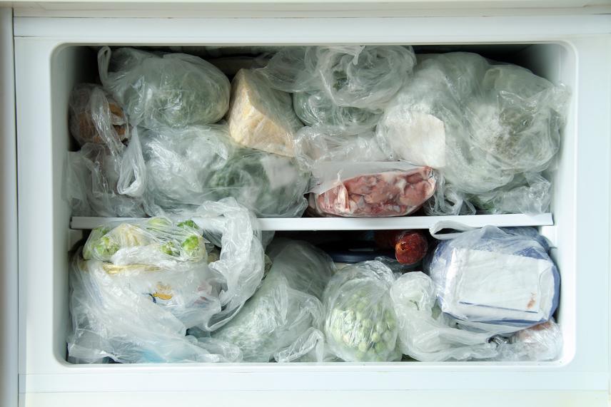 Ne fagyaszd le a krumplit. A burgonyát száraz és hűvös helyen kell tárolni, a fagyasztó pedig nem felel meg ezeknek a követelményeknek. Fagyás után a krumpli jelentős minőség- és ízvesztésen megy keresztül. Kásás vagy vizenyős lesz az állaga, vagy fajtától függően túl kemény ahhoz, hogy normálisan feldolgozd. A krumplit főve, illetve sütve viszont be lehet rakni a mélyhűtőbe, és forró olajban kisütve ugyanolyan jó íze lesz, mint a frissnek.