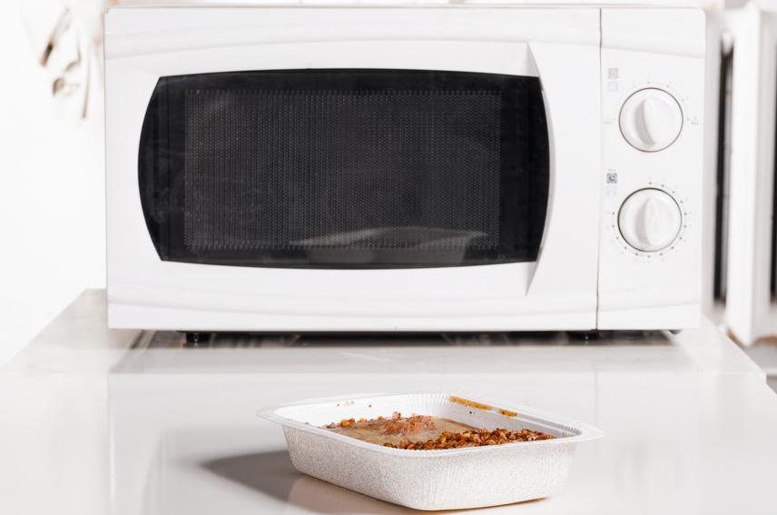 Ne olvaszd ki a lefagyasztott húst mikrohullámú sütőben. Elkerülhetetlen, hogy a mikrohullámok a hús szélét felforrósítják, megégetik. A meleg vizes kiolvasztás megsérti a hús rostjait, és ront az állagán is. Az sem jó megoldás, ha szobahőmérsékleten engeded ki a fagyott húst, előfordul ugyanis, hogy az étel belseje még fagyott marad, a külső rétegei pedig felolvadnak, így melegágyai lehetnek a baktériumoknak. Biztonságosabb úgy olvasztani, hogy a mélyhűtőből a hűtőbe teszed át, és kivárod a felolvadást.