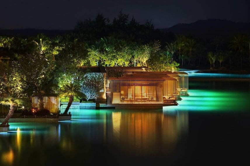 A luxusapartmanok már első ránézésre sem számítanak hétköznapinak: a Csendes-óceánhoz tartozó Dél-kínai-tengervizén lebegnek. A privát kabinok pedig nemcsak méretükkel, de felszereltségükkel is egyedülállók. Esténként pedig romantikus pompába vonják a térséget a hangulatfények.
