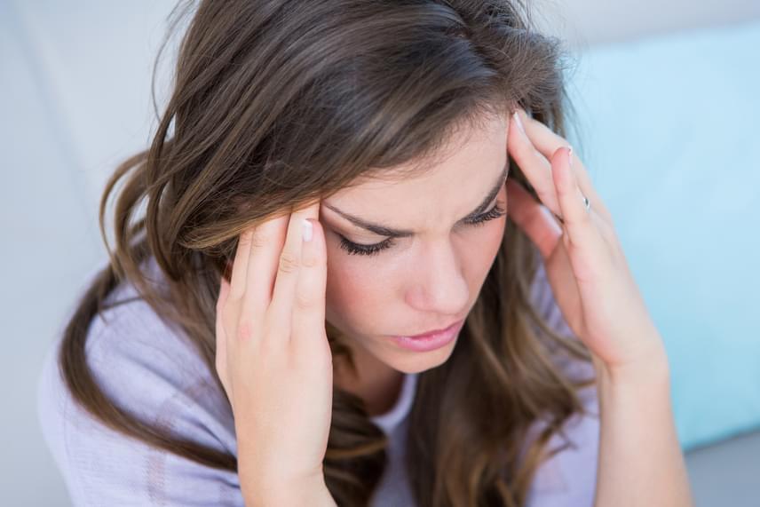 Az agydaganathoz kapcsolódóan nem véletlenül a fejfájás az egyik leggyakrabban emlegetett tünet, ami jellemzően annak hatására lép fel, hogy a daganat növekedése, illetve a koponya zártsága, szilárdsága miatt túlnyomás alakul ki az agyban. Jellemző, hogy a fejfájás ébredés után jelentkezik, a fekvő helyzet megszűnésével azonban folyamatosan múlik.
