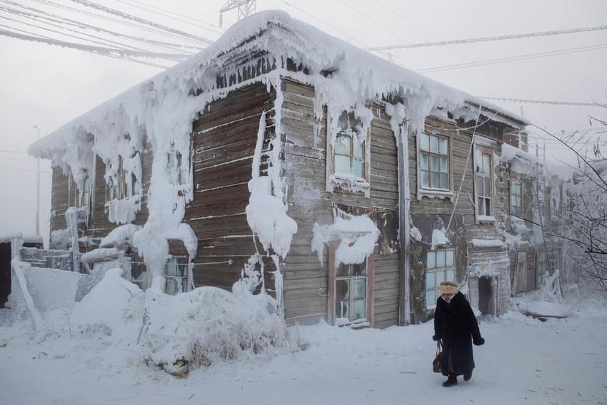 Így néz ki egy átlagos ojmjakoni ház januárban: az épület nagy részét hó és jég borítja.