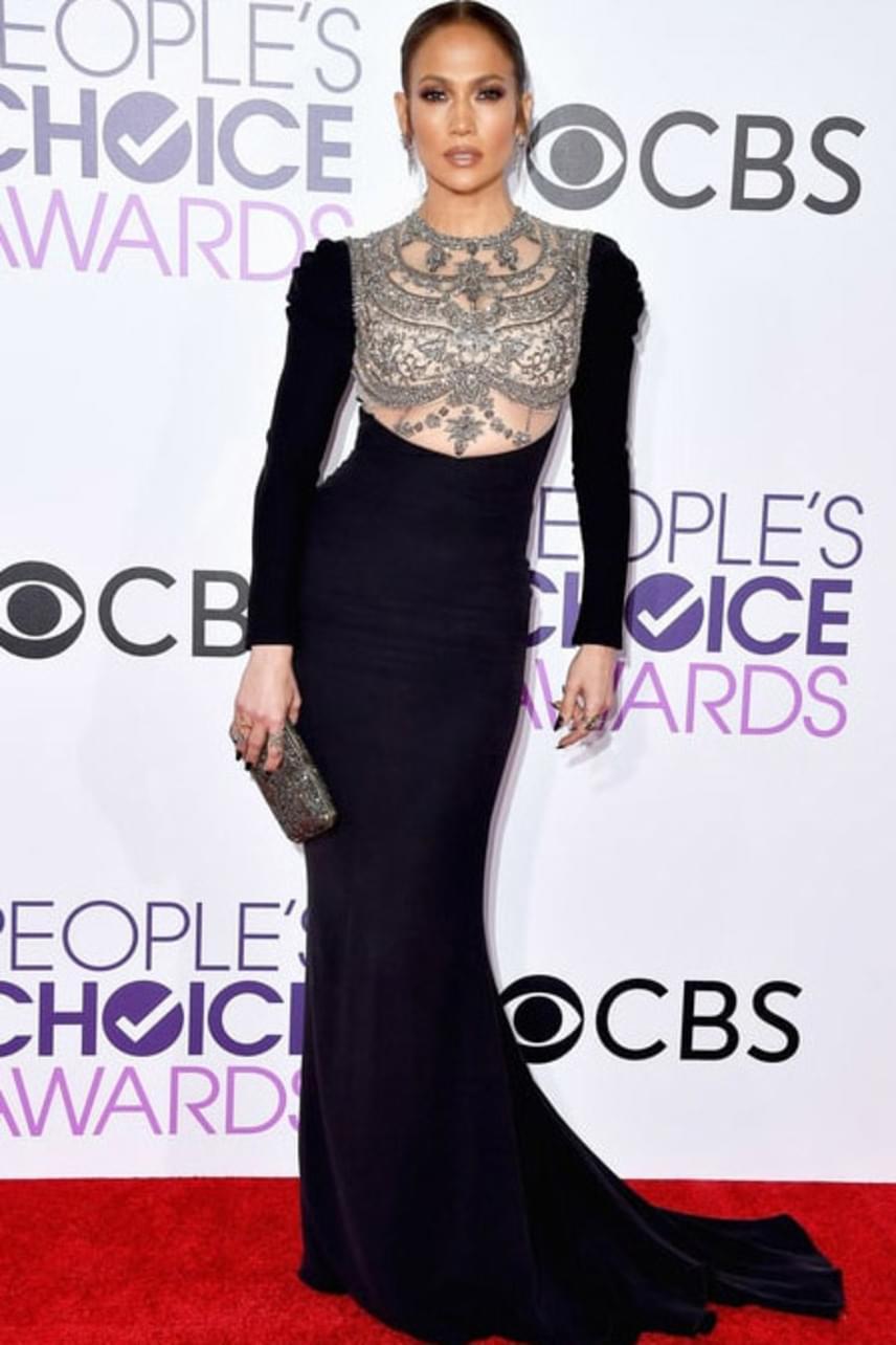 Jennifer Lopez dekoltázsát csupán néhány ékkő fedte - ebben az elegáns estélyiben úgy festett, mint egy igazi királynő.