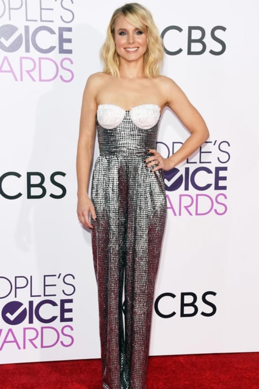 A gyönyörű Kristen Bell elszúrta az egész megjelenését ezzel a ruhával, ami a mellrész betétje miatt borzasztóan közönségesnek tűnik.