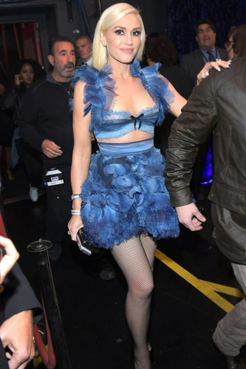 Gwen Stefani ruháját nagyon leszólták a közösségi oldalakon - igaz, meg is értjük, a fodrok, a masni, az elválasztás középen már valóban túlzás.