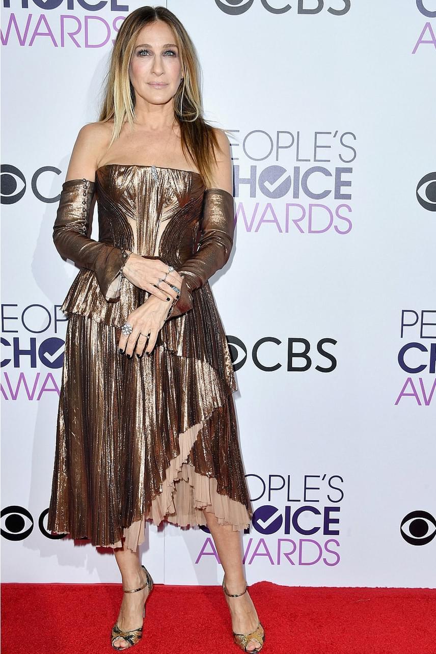 Sarah Jessica Parkert nemes egyszerűséggel egy Ferrero Rocher bonbonnak titulálták - ebben a ruhában valóban úgy festett, mintha aranypapírt tekertek volna köré.