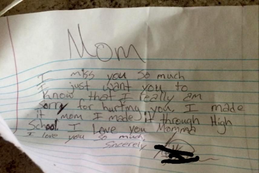 """Egy leeresztett lufihoz kötve találta valaki ezt a jegyzetet, melyben az áll: """"Anya! Nagyon hiányzol. Szeretném, ha tudnád, hogy nagyon sajnálom, ha bántottalak. Megcsináltam, anya, elvégeztem a középiskolát! Szeretlek, anyuci, nagyon szeretlek!"""""""