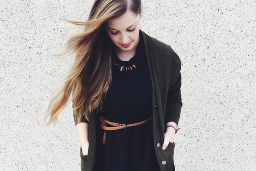 Megan Radford szerint tökéletesen igaza van Karl Lagerfeldnek, aki szerint senki sem lehet alulöltözött vagy túlöltözött egy kis fekete ruhával. Még a legegyszerűbb összeállítás részeként is divatos hatást kelt.