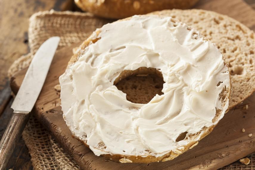 Az ömlesztett sajtok egyáltalán nem javasoltak a diéta során, ugyanis a gyártásukhoz használt ömlesztősók emészthetetlen anyagok, melyek lassítják az anyagcserét, és problémákat okoznak az emésztőrendszerben. Hasonlóképpen érdemes vigyázni a mesterséges ízesítésekkel, így például a füstaromával vagy a sonkás, szalámis ízű termékekkel, melyek szintén az anyagcserét nehezítő adalékanyagokat tartalmaznak.