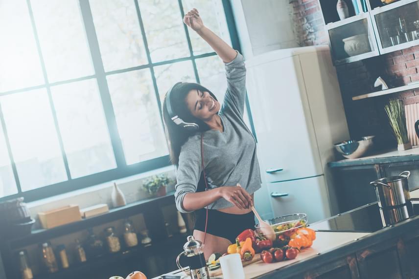 Gyerekkorban a kislányok sokszor hallják nagymamájuktól, hogy a férfiakat a hasukkal lehet megfogni. A mai világban már nem elvárás egy nő felé, hogy mindennap főzzön, de az biztos, ha egy nő szeret főzni, és finom falatokat tesz a választottja elé, azt a férfi imádni fogja. Ha pedig néha egy-egy nőiesebb ruhadarabot választasz a főzéshez, biztos lehetsz benne, a fantáziáját is beindítod közben. Bár arra készülnöd kell, így valószínűleg az étel nem fog elkészülni időben.
