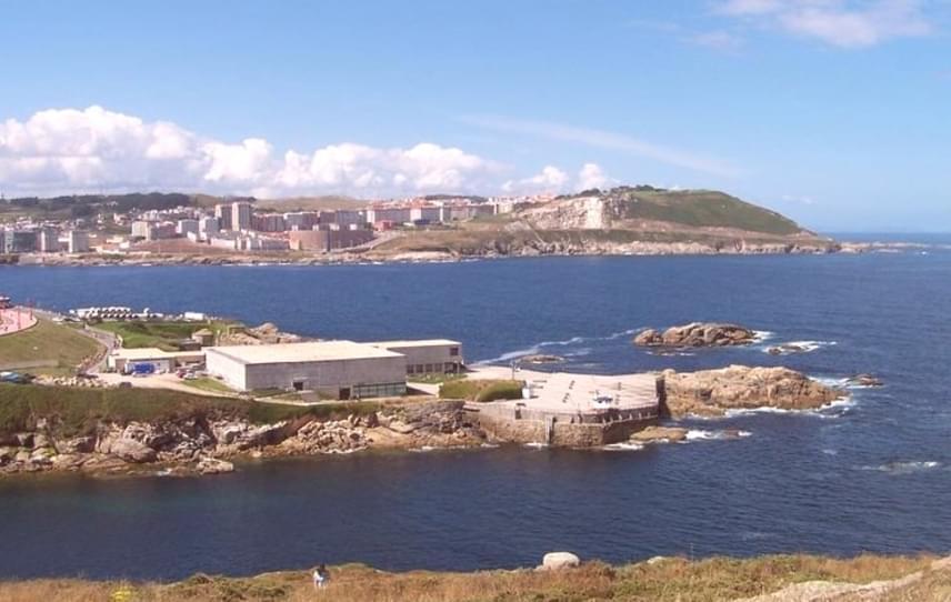 A Forbes-lista második helyén a spanyol Amancio Ortega áll 71 milliárd dolláros vagyonával. Európa leggazdagabb üzletembere első feleségével, Rosalía Merával az Inditex ruházati vállalatot és a Zara divatmárkát alapította meg. Két háza az észak-spanyolországi tengerpartra épült, mindkettő Coruña közelében.
