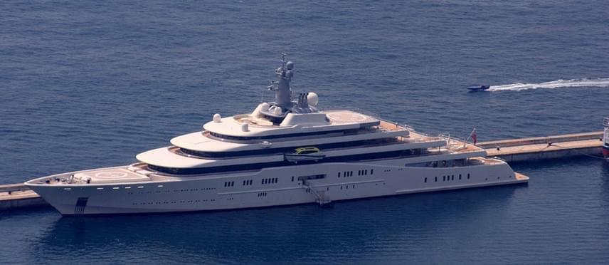 Amancio Ortega nemcsak a szárazföldön él luxusban: Valoria elnevezésű jachtját 6 millió euróért vásárolta meg, ami azóta is a család kedvence. A hajó a nevet édesanyja születési helyéről, Vallaloidról kapta.
