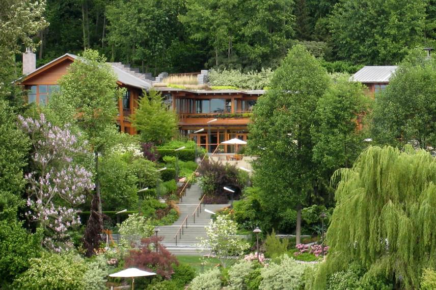 Bill Gates otthona, a Xanadu 2.0 Seattle-ben, a Washington-tó partjára épült, az ingatlan elhelyezkedése pedig biztosítja családja számára a háborítatlan magánéletet, amely mégis elképesztő luxussal párosul.
