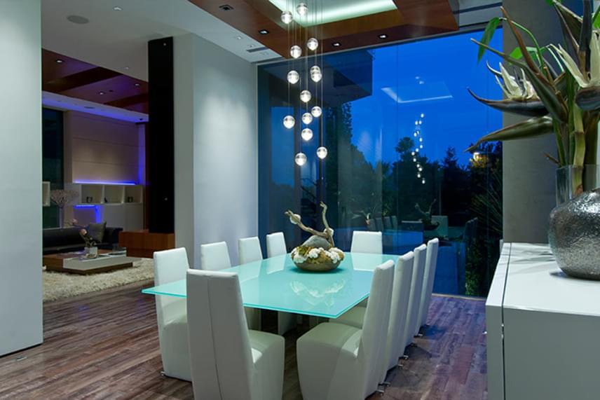 A házbelső letisztult stílust tükröz, de az egyes helyiségek elmaradhatatlan eleme a csúcstechnológia. A ház esténként kékes fényárban úszik, a teraszok és az óriási üvegfalak pedig lélegzetelállító panorámát biztosítanak Seattle-re. Mindez körülbelül 125 millió dollárba került az üzletember számára.