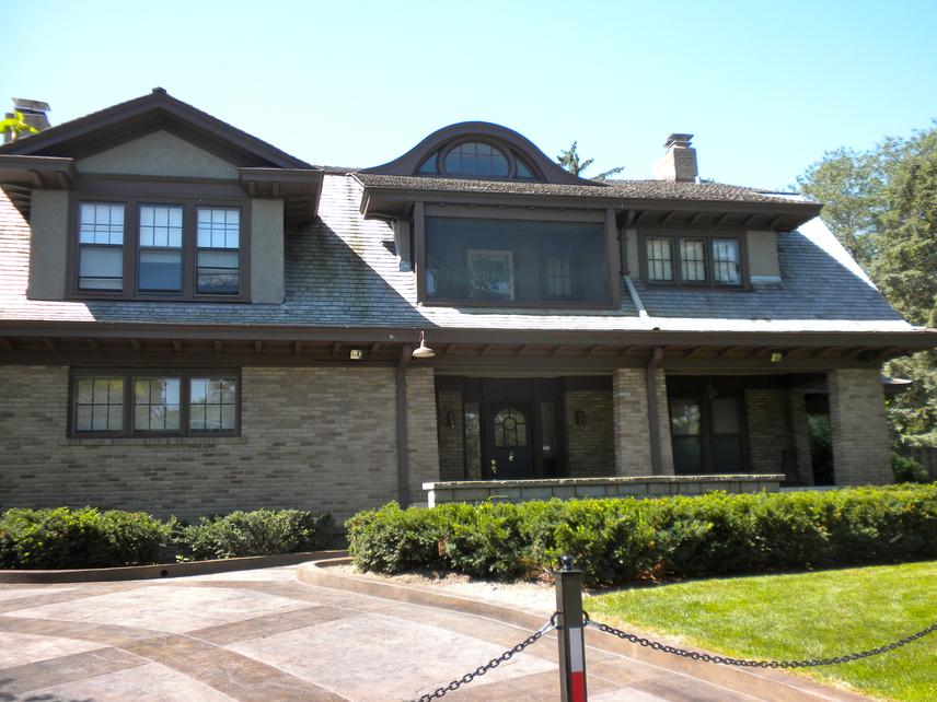 Az előbbi kettővel éles kontrasztot mutat a dobogó harmadik helyén álló Warren Edward Buffett omahai háza, aki 60 milliárd dolláros vagyonától függetlenül a mai napig 31,5 ezer dollárért vásárolt házában él, amelyet még 1958-ban vett meg.