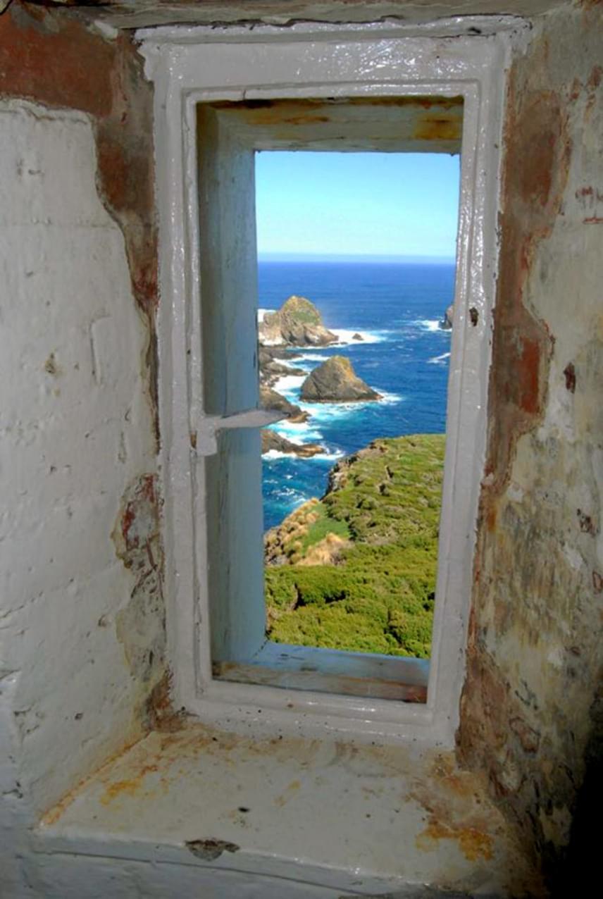 Ilyen a kilátás a világítótoronyból. A látvány mindent megér, ám a régi épületek és a civilizáció távolisága miatt egy kissé hátborzongató a sziget.