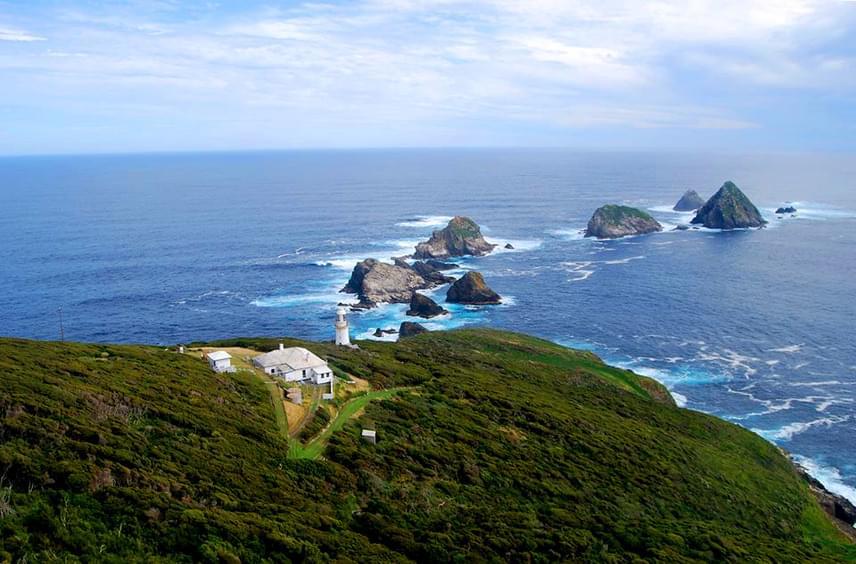 Mindössze egy óriási birtok és egy régi világítótorony van a Maatsuyker-szigeten. A két kiválasztott a hatalmas házban él majd, és az élővilág támogatásán kívül főleg a toronnyal kapcsolatos munkálatokat kell elvégezniük.